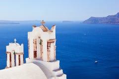 Oia-Stadt auf Santorini-Insel, Griechenland Kessel auf Ägäischem Meer Stockfotografie