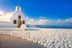 Oia-Stadt auf Santorini-Insel, Griechenland Traditionelle und berühmte Häuser und Kirchen mit blauen Hauben über dem Kessel stockbild