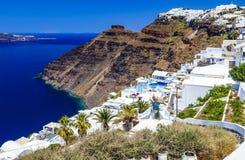 Oia-Stadt auf Santorini-Insel, Griechenland Traditionelle und berühmte weiße Häuser und Kirchen mit blauen Hauben über Kessel, Äg lizenzfreie stockfotos