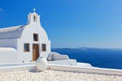 Oia-Stadt auf Santorini-Insel, Griechenland Weiße Kirche und Vase Stockfotos