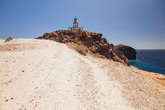 Oia sull'isola di Santorini La Grecia caldera Faro su una scogliera Rocce Fotografia Stock