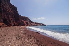 Oia sull'isola di Santorini La Grecia Spiaggia rossa Rocce Fotografia Stock Libera da Diritti