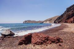 Oia sull'isola di Santorini La Grecia Spiaggia rossa Rocce Fotografie Stock Libere da Diritti