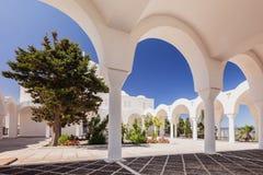 Oia sur l'île de Santorini La Grèce Fira Bâtiments blancs, église blanche Images stock