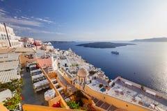 Oia sur l'île de Santorini La Grèce Oia Argile blanc, bâtiments blancs Photographie stock libre de droits