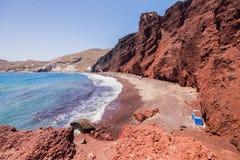 Oia sur l'île de Santorini La Grèce Plage rouge Roches Image libre de droits