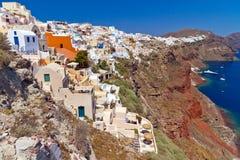 Oia town på den vulkaniska klippan av den Santorini ön Royaltyfri Fotografi