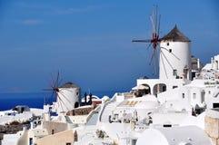 Oia väderkvarnar på den Santorini ön Grekland arkivbilder