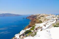 Oia, village grec traditionnel et mer d'Aegan, Grèce Photographie stock