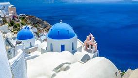 oia看法santorini的和一部分的破火山口,蓝色教会 库存图片