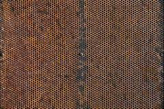 Oid und Schmutz verwitterter Rusty Metal Plate mit Muster-Löchern Te Lizenzfreies Stockfoto