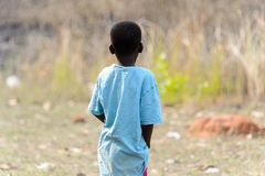 Oidentifierad Ashanti pojkefrrom bakom i den lokala byn aseptic arkivfoton