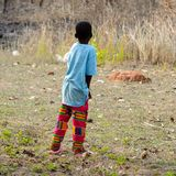 Oidentifierad Ashanti pojkefrrom bakom i den lokala byn aseptic arkivbild