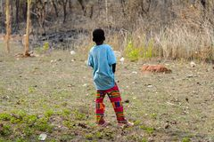 Oidentifierad Ashanti pojkefrrom bakom i den lokala byn aseptic royaltyfria foton