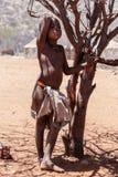 Oidentifierad barnHimba stam i Namibia Arkivbilder