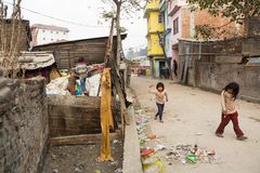 Oidentifierad barnlek, medan deras föräldrar arbetar på förrådsplats Arkivbilder