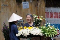 Oidentifierad blommaförsäljare på den lilla marknaden för blomma Royaltyfria Bilder
