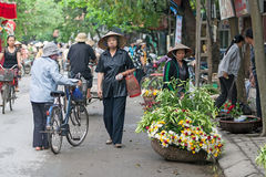 Oidentifierad blommaförsäljare på den lilla marknaden för blomma Royaltyfria Foton