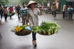 Oidentifierad blommaförsäljare på den lilla marknaden för blomma Arkivfoton