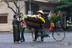 Oidentifierad blommaförsäljare på den lilla marknaden för blomma Arkivbild