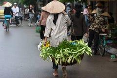 Oidentifierad blommaförsäljare på den lilla marknaden för blomma Fotografering för Bildbyråer