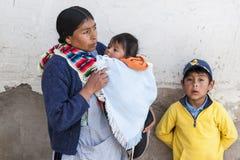 Oidentifierad bolivian familj i gatan av Sucre, Bolivia Arkivbilder