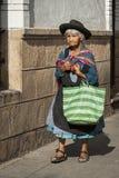 Oidentifierad bolivian kvinna i gatan av Sucre, Bolivia Arkivbilder
