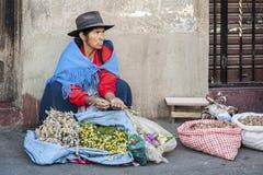 Oidentifierad bolivian kvinna som säljer blommor i gatan av Sucre, Bolivia Arkivbilder