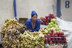 Oidentifierad bolivian kvinna som säljer frukter på den centrala marknaden i Sucre, Bolivia Arkivbild