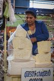 Oidentifierad bolivian kvinna som säljer ost på den centrala marknaden i Sucre, Bolivia Arkivbild