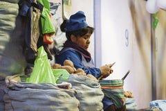 Oidentifierad bolivian kvinna som säljer potatisar på den centrala marknaden i Sucre, Bolivia Arkivbilder