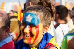 Oidentifierad Catalan flicka med modellen av den Catalan flaggan Royaltyfria Bilder