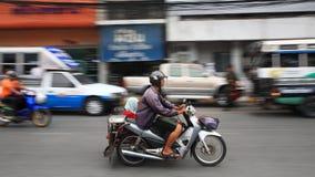 Oidentifierad familjridningmotorcykel i stad Royaltyfri Bild