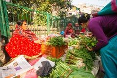 Oidentifierad gatuförsäljare i historisk mitt av staden Störst stad av Nepal, dess ekonomiska mitt, Royaltyfri Fotografi