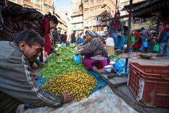 Oidentifierad gatuförsäljare i historisk mitt av staden Störst stad av Nepal, dess historiska mitt Fotografering för Bildbyråer