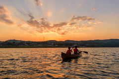 Oidentifierad handelsresanderodd i sjön Royaltyfri Foto