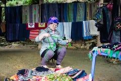 Oidentifierad Hmong kvinna i Sapa, Vietnam Arkivfoto