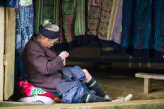 Oidentifierad Hmong kvinna i Sapa, Vietnam Royaltyfri Fotografi