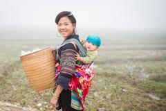 Oidentifierad Hmong kvinna och barn i Sapa, Vietnam Arkivfoto