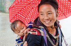 Oidentifierad Hmong kvinna och barn i Sapa, Vietnam Fotografering för Bildbyråer