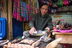Oidentifierad Hmong säljareman i Sapa, Vietnam Royaltyfri Bild