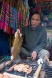 Oidentifierad Hmong säljareman i Sapa, Vietnam Royaltyfria Bilder