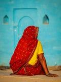 Oidentifierad indisk lantlig kvinna i traditionell sari Arkivbilder