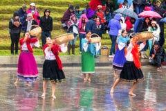 Oidentifierad infödd kvinnas fira Inti Raymi, Inca Festival av solen i Ingapirca, Ecuador royaltyfri fotografi