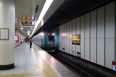 Oidentifierad japan väntar på drevet på en plattform i Kyoto, Jap Royaltyfri Bild