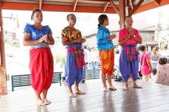 Oidentifierad Korat musikshow på den traditionella stearinljusprocessionfestivalen av Buddha Arkivfoton