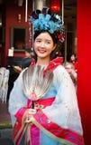 Oidentifierad kvinna med den kinesiska traditionella klänningen Royaltyfri Foto