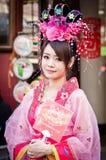 Oidentifierad kvinna med den kinesiska traditionella klänningen Royaltyfria Bilder