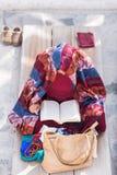 Oidentifierad kvinna som ber på den berömda Bouddanath templet i Katmandu Fotografering för Bildbyråer