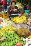 Oidentifierad kvinna som säljer frukter på den traditionella asiatiska marknaden laos Arkivfoto
